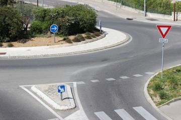Abordage d'un rond-point et signalisation