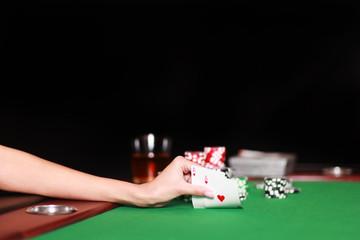 Hand deckt Poker Karten auf