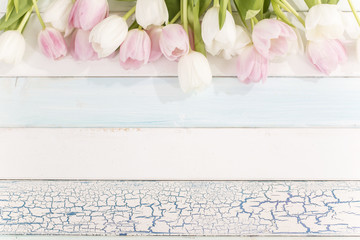 Tulpenstrauß auf einem Holztisch von oben mit viel Platz