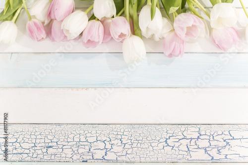 Foto op Plexiglas Tulp Tulpenstrauß auf einem Holztisch von oben mit viel Platz