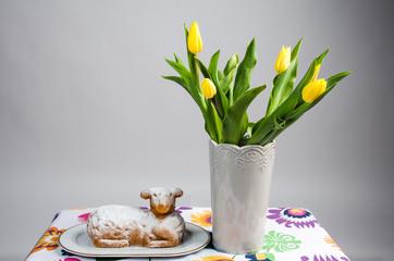 Baranek wielkanocny z tulipanami