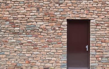 Moderne Steinmauer mit Tür