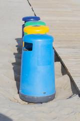 Papeleras en la playa.