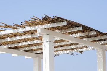 Schilf als Dach einer Lounge aus Holz