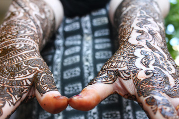 heena is on both hands