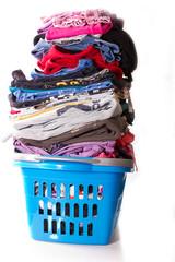 Wäschekorb, sehr voll mit sauberer Wäsche
