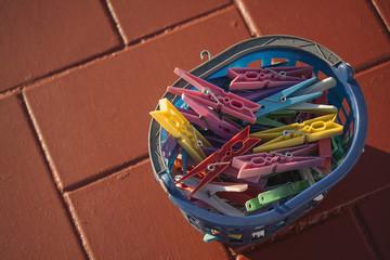 Pinzas de la ropa en una cesta