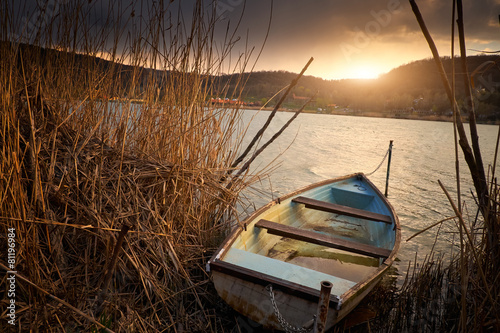 Fotobehang Meer Boat on reed