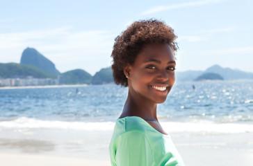 Lachende Brasilianerin an der Copacabana