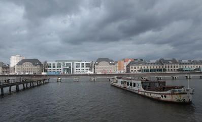 Blick über die Spree zum ehemaligen Osthafen (2015)