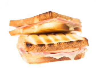 Zwei Schinken Käse Toasts übereinander auf weißem Hintergrund