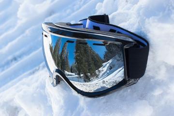 Berge spiegeln sich in der Skibrille