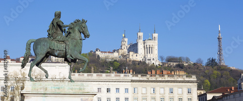 Papiers peints Europe Centrale Panoramic view of Statue and Basilica