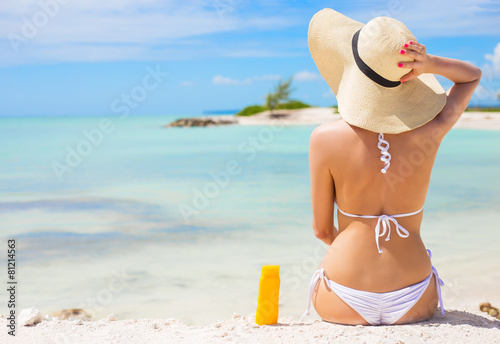 Woman sunbathing on the beach - 81214563