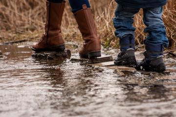 Mutter und Kind Füße auf Steinen über Bach