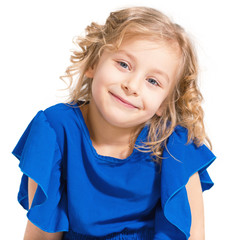 Портрет обаятельной маленькой девочки на белом фоне.