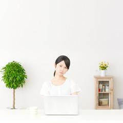 パソコンの前に座って怒る女性