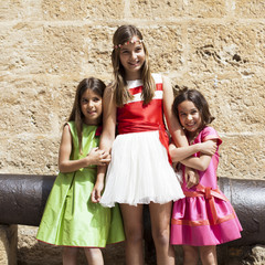 Niña mayor con niñas pequeñas a su lado