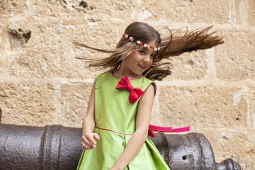 Niña con vestido de fiesta y pelo en el aire