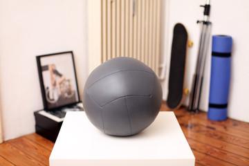 Medizinball auf dem Tisch im Zimmer
