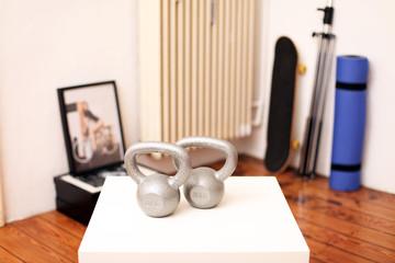 Kettlebell auf dem Tisch im Zimmer