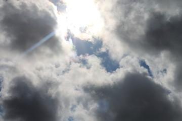 Sonne durchbricht Wolken