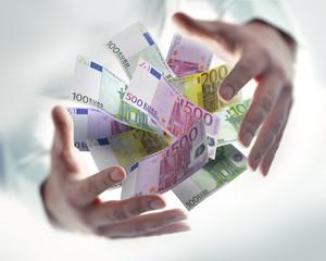 2 Hände mit Euroscheinen
