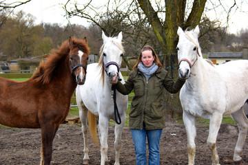 Junge Frau mit Pferden