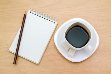 Карандаш,блокнот,кружка кофе на столе