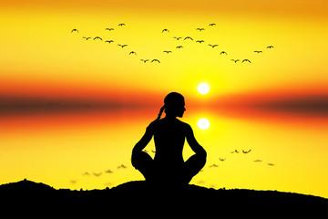 meditacion en el mar frente al sol
