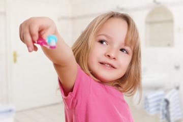 Kind hält Zahnbürste
