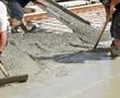 Leinwanddruck Bild - Workers pouring concrete