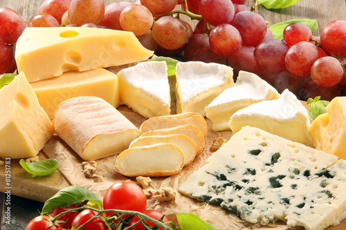 Foto op Plexiglas Voorgerecht Cheese board - various types of cheese composition