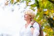 Senior Frau beim Spaziergang im Park