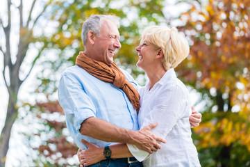 Senioren Paar beim Spaziergang im Herbst