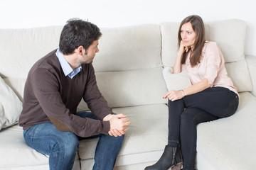 Mann im Gespräch mit Frau