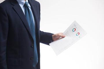 紙の資料を持つビジネスマン