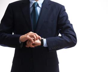 時間を確認するビジネスマン