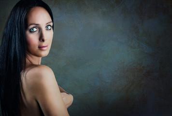 Portrait von schöner Frau mit schwarzen Haaren