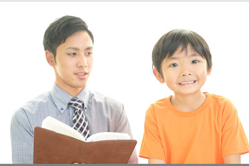 笑顔の教師と男の子