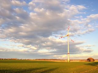 Windkraftanlage im Abendlicht