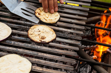 Fette di melanzane sulla griglia del barbecue a cuocere