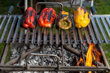 Peperoni colorati sul barbecue a cuocere