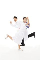 若い医師と看護師