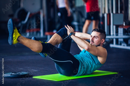 Foto op Plexiglas Fitness Crossfit instructor at the gym doing abs exercises