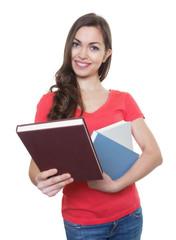 Studentin mit langen dunklen Haaren zeigt ihr Lieblingsbuch