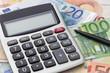 Leinwanddruck Bild - Taschenrechner mit Geldscheinen