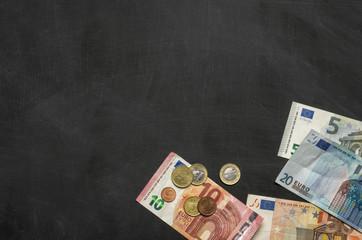 Unbeschriftete Tafel mit Geld