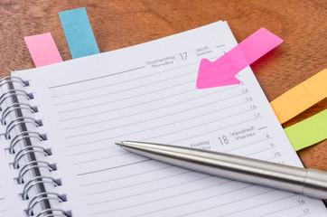Leerer Terminkalender mit Hinweissticker