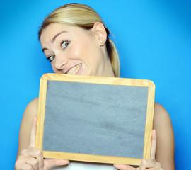 Frau hält Tafel mit Textfreiraum